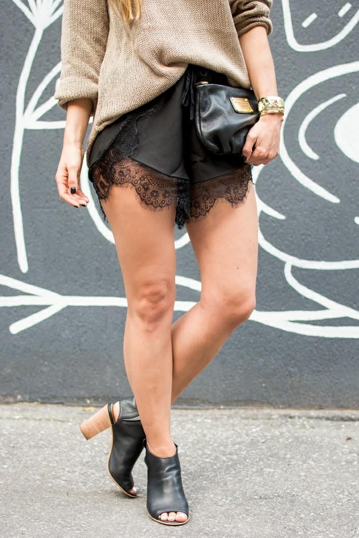 femme-jolie-portant-short-taille-haute-cuir-short-noire