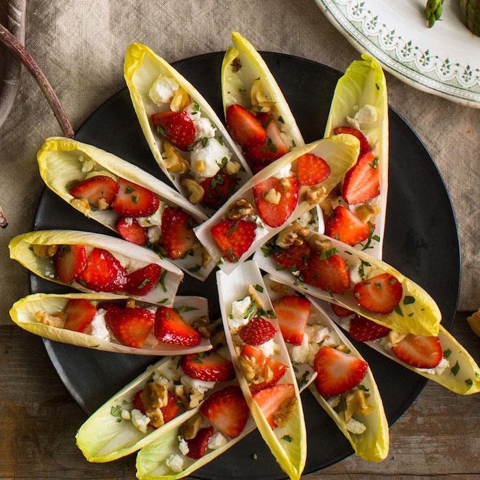 feuilles d endive avec du fromage feta, noix et des tranches de fraise, entree de fete facile a faire, apero sans cuisson