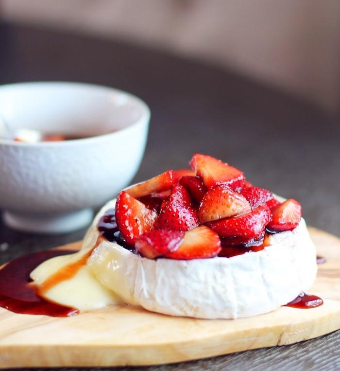 fromage de chèvre avec des tranches de fraise et cconfiture de fraises, recette apero dinatoire