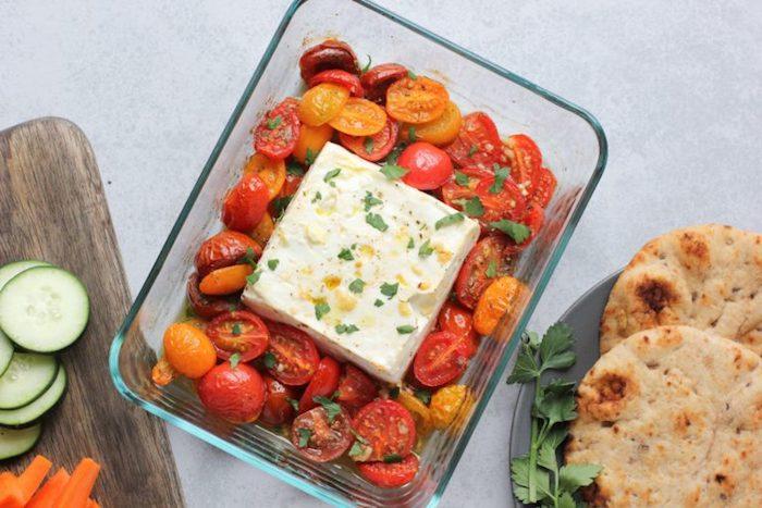 du fromage feta au four avec des tomates cerise coupées en deux, idée d entrée froide facile et rapide