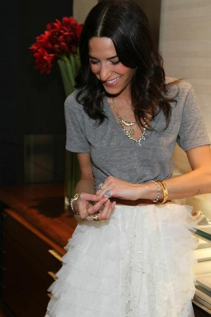 gros-collier-fantaisie-femme-jupe-blanche-en-dentelle-t-shirt-gris-femme