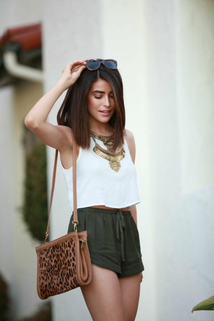 gros-collier-femme-en-or-shorts-vert-foncé-top-blanc-cheveux-femme-courts