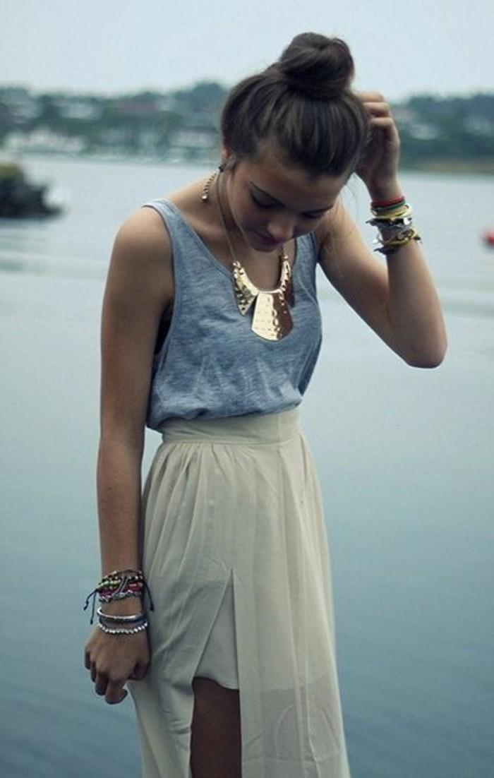 gros-collier-femme-pas-cher-mais-original-jupe-longue-blanche-top-gris-femme