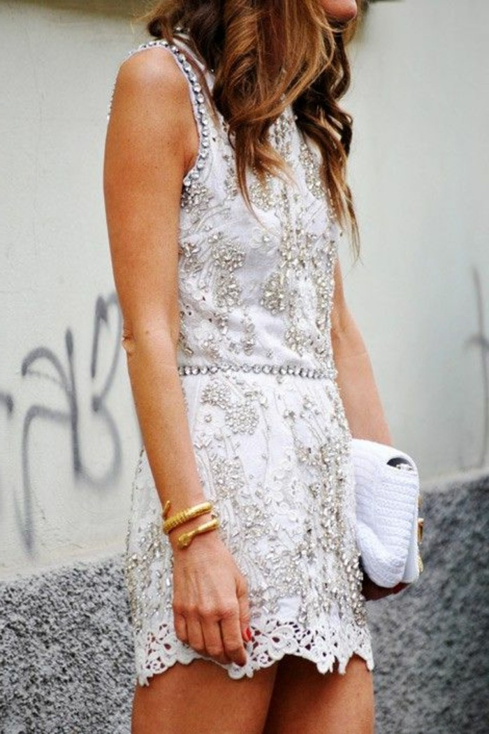 idée-quelle-robe-noire-a-dentelle-blanche-courte