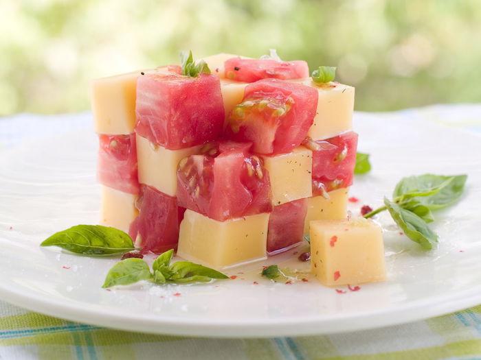 idée de petit gateau salé de cubes de fromage et de tomate avec du basilic et sauce sucrée, entrée froide originale d été