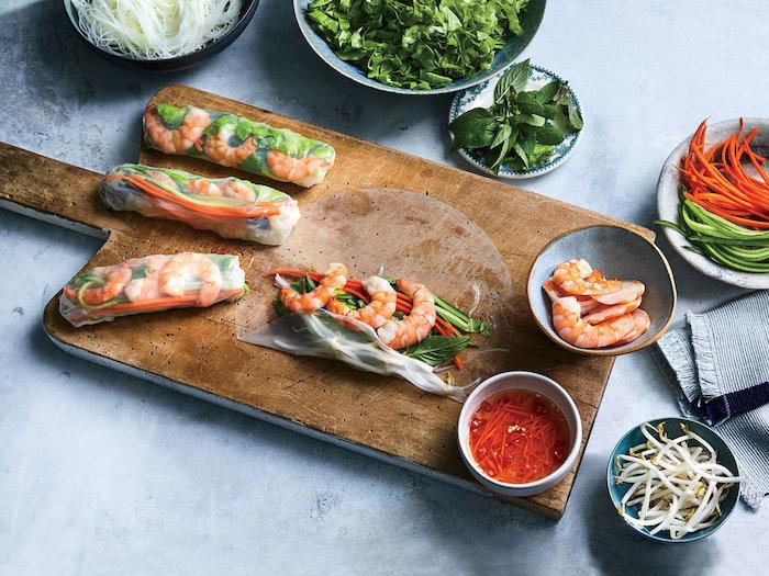 idée de rouleaux de printemps aux crudités et des crevettes à servir avec de la sauce asiatique, tapas style oriental