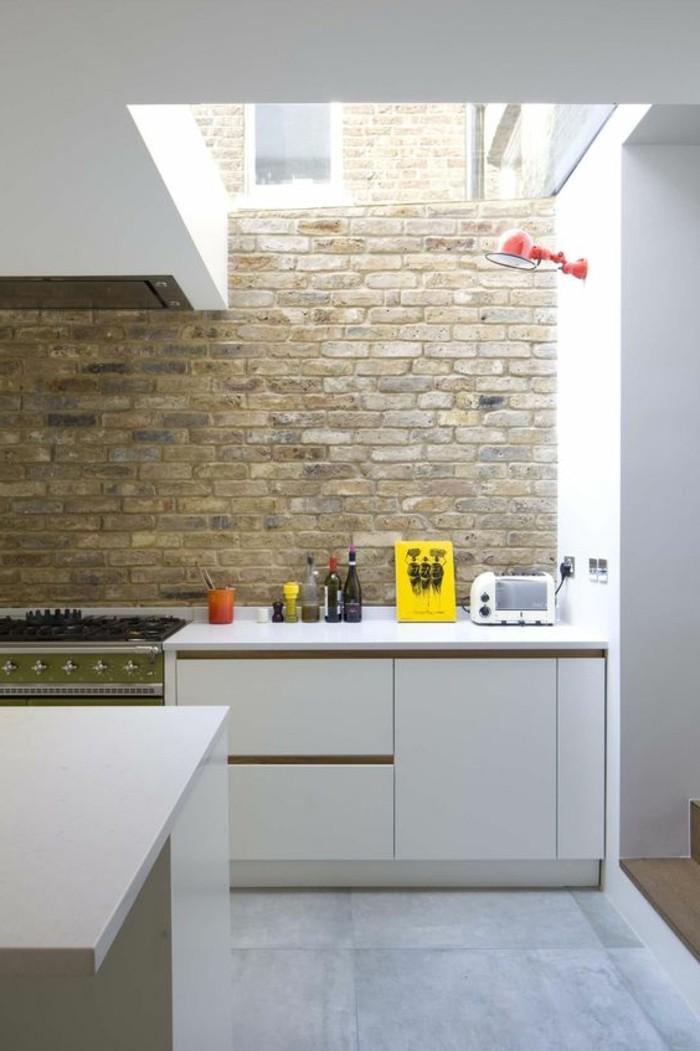 jolie-cuisine-avec-toit-en-verre-mur-en-briques-meubles-en-bois-clair-sol-en-carrelage