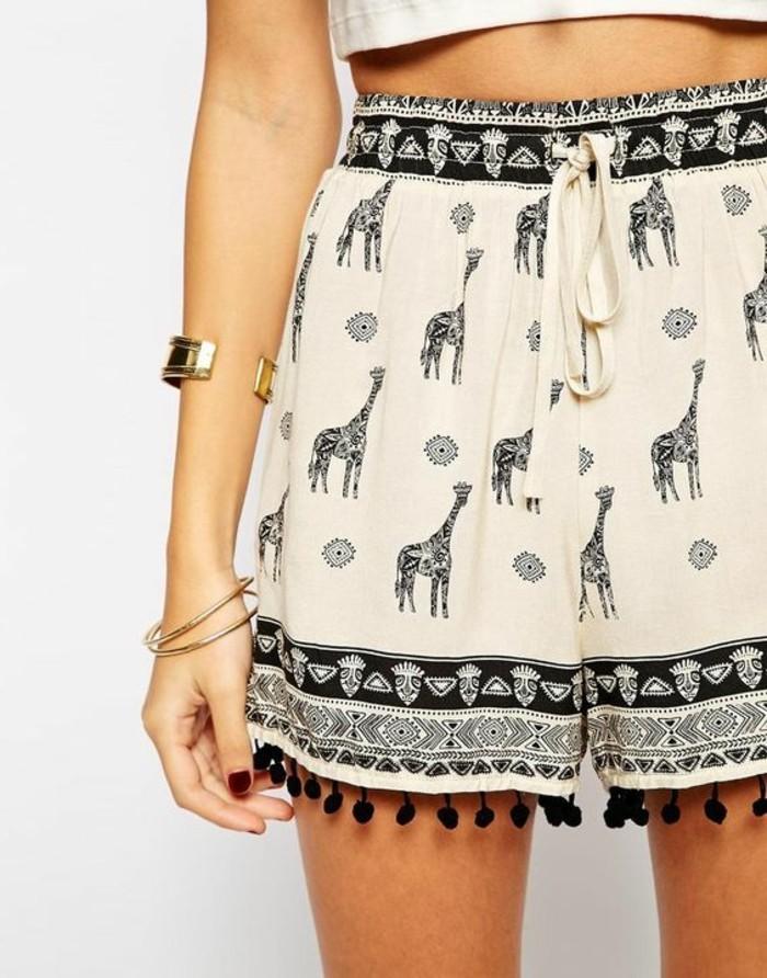 jolie-femme-en-short-blanc-femme-bien-habillée-giraffe-print