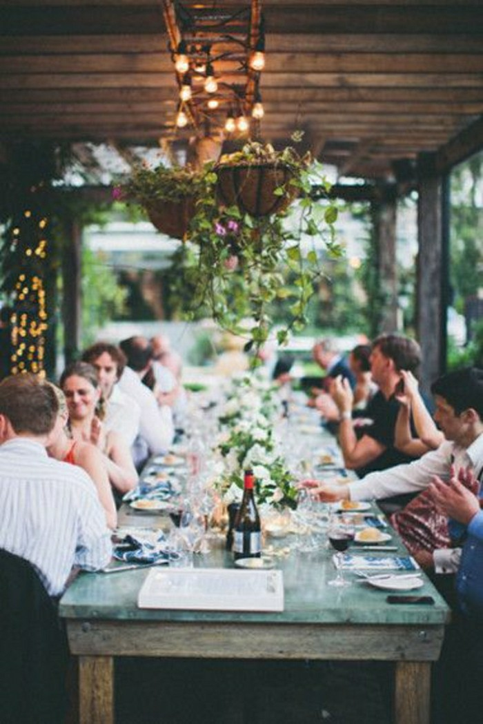 jolie-idee-pour-decoration-table-mariage-pas-cher-table-en-bois-table-rustiqu