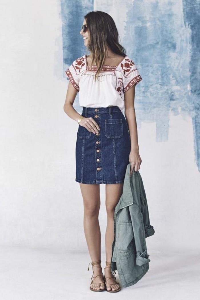jupe-courte-en-denim-bleu-foncé-chemise-blanche-et-rouge