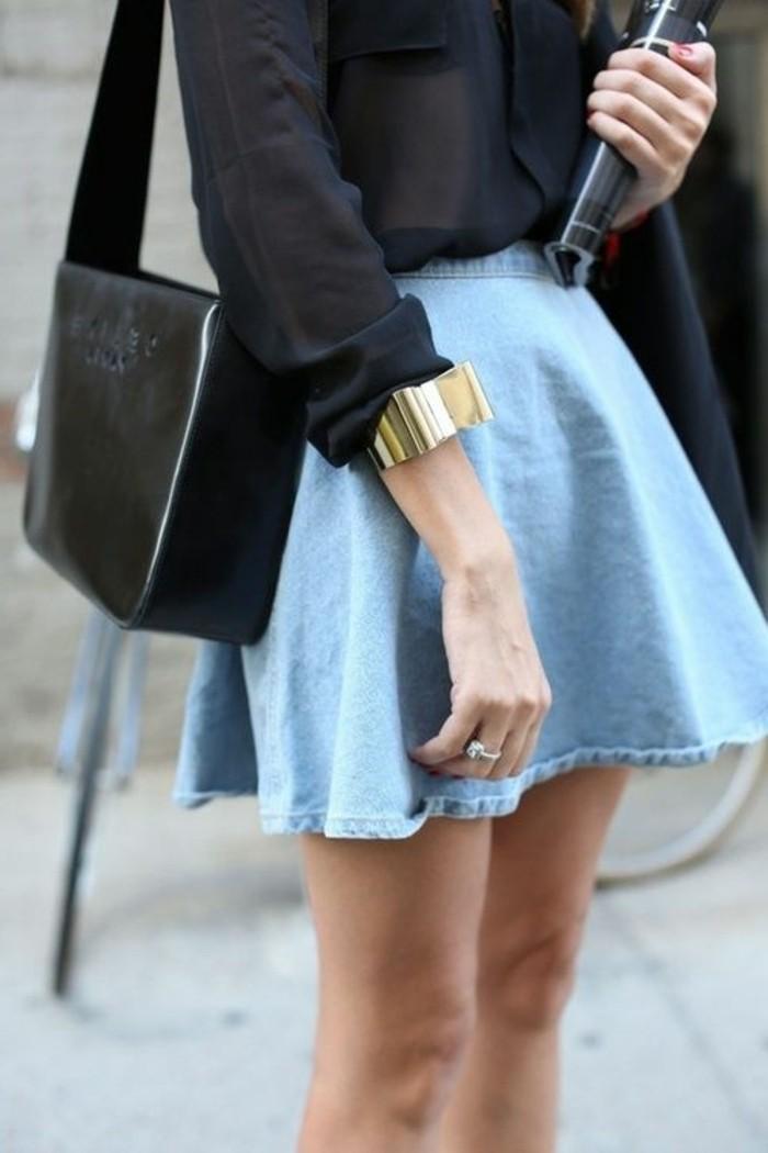jupe-courte-jupe-trapeze-en-denim-clair-chemise-noire-femme-sac-en-cuir-noir