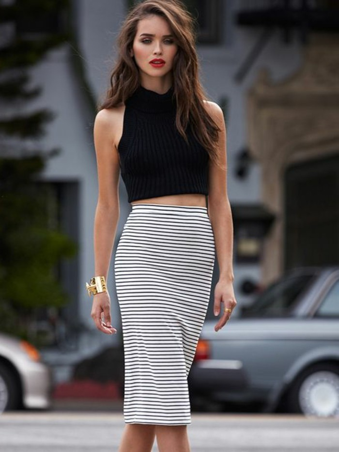 jupe-crayon-à-rayures-blancs-et-noirs-top-blanc-robe-chic-pas-cher