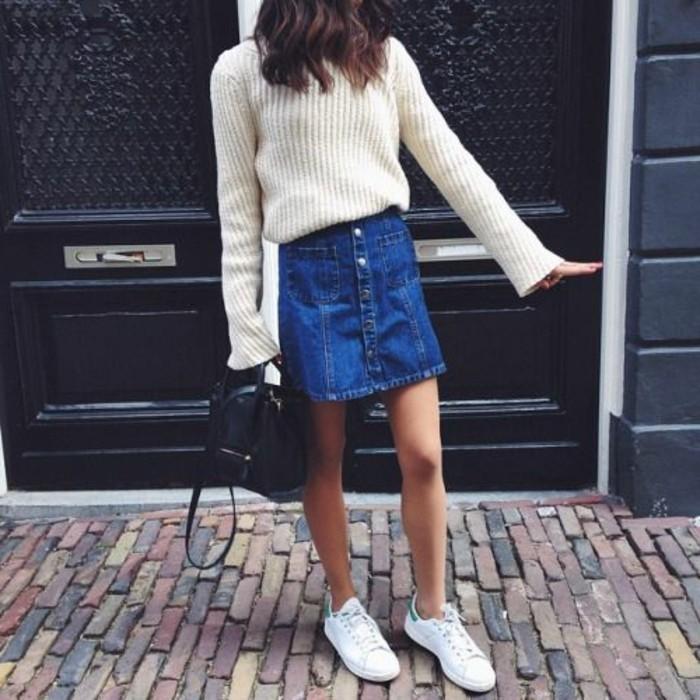 jupe-en-jean-femme-sneakers-blancs-femme-jupes-courtes-en-jean-bleu-blouse-blanche