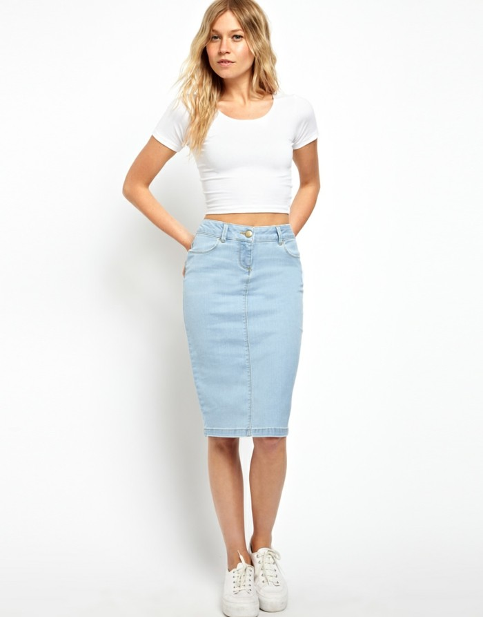jupe-mi-longue-jupe-crayon-en-denim-bleu-clair-sneakers-blances-femme