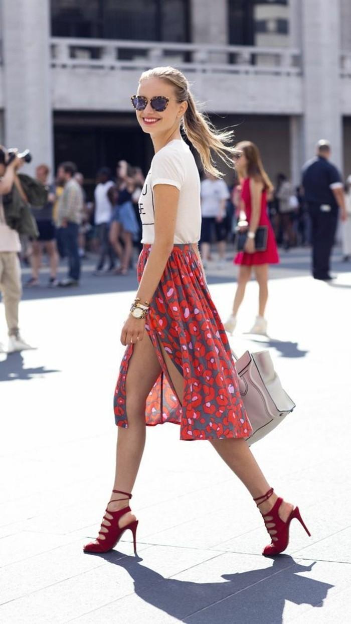 jupe-mi-longue-rouge-talons-hauts-rouges-t-shirt-blanc-sac-en-cuir-beige-lunettes-de-soleil-noir