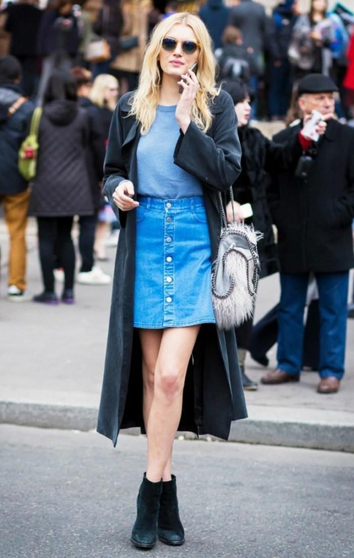 jupe-trapeze-femme-en-denim-bleu-foncé-t-shirt-gris-manteau-long-noir