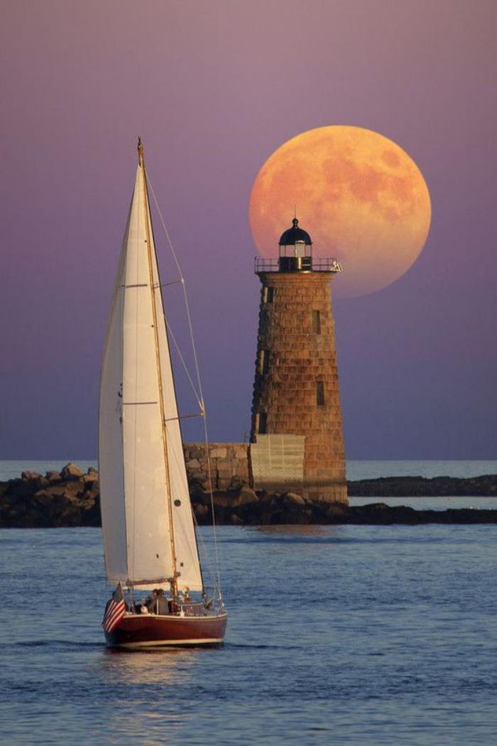 la-pleine-lune-couleur-d'orange-phare-de-mer