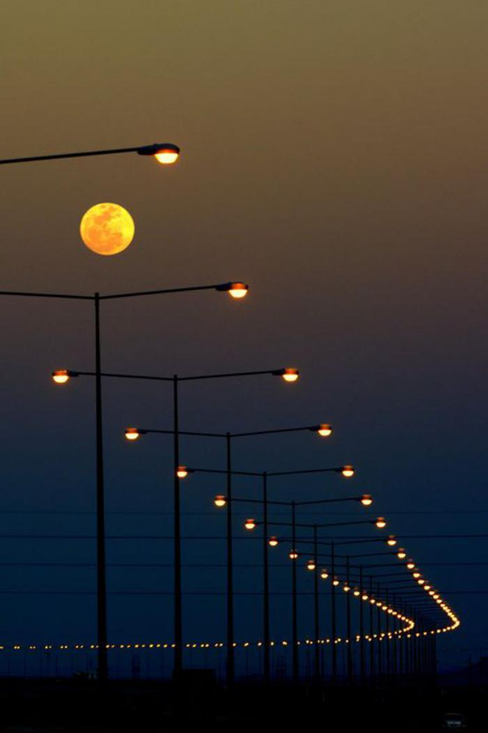 la-pleine-lune-et-l'éclairage-des-rue