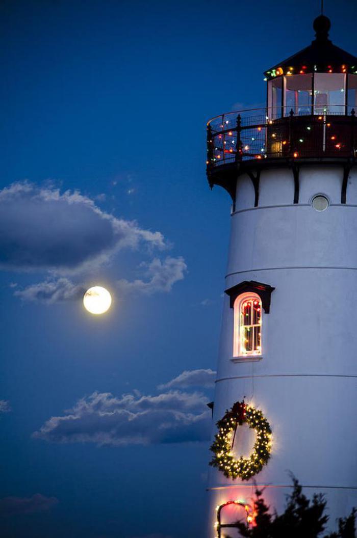 la-pleine-lune-et-phare-avec-ampoules-lumineuses