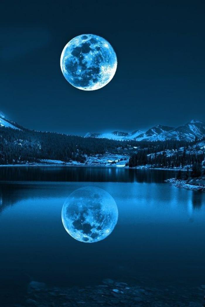 la-pleine-lune-la-lune-bleu-cristal-au-dessus-de-lac