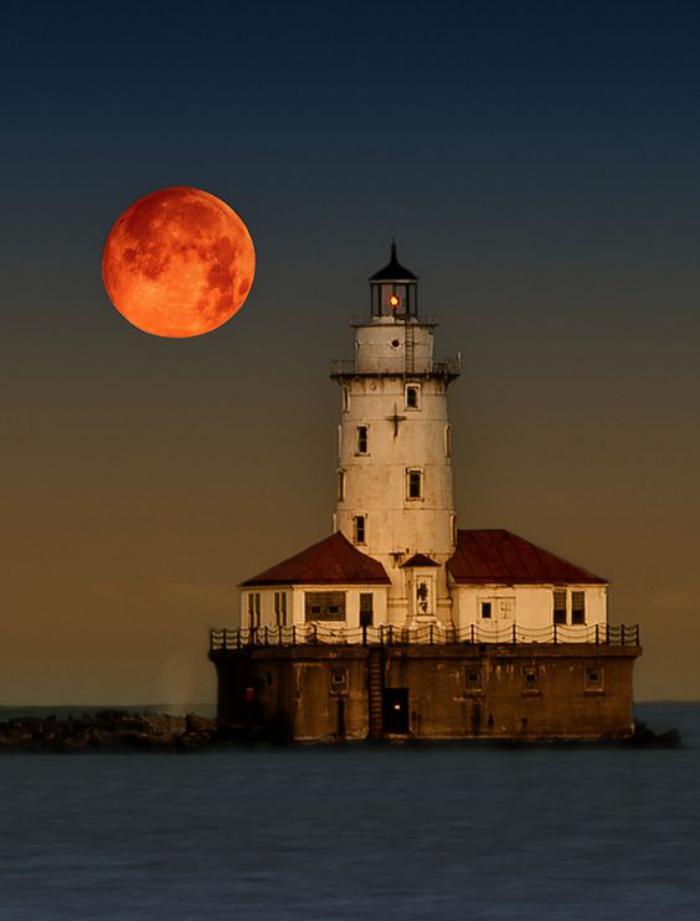 la-pleine-lune-la-lune-rouge-qui-se-lève-sur-la-mer
