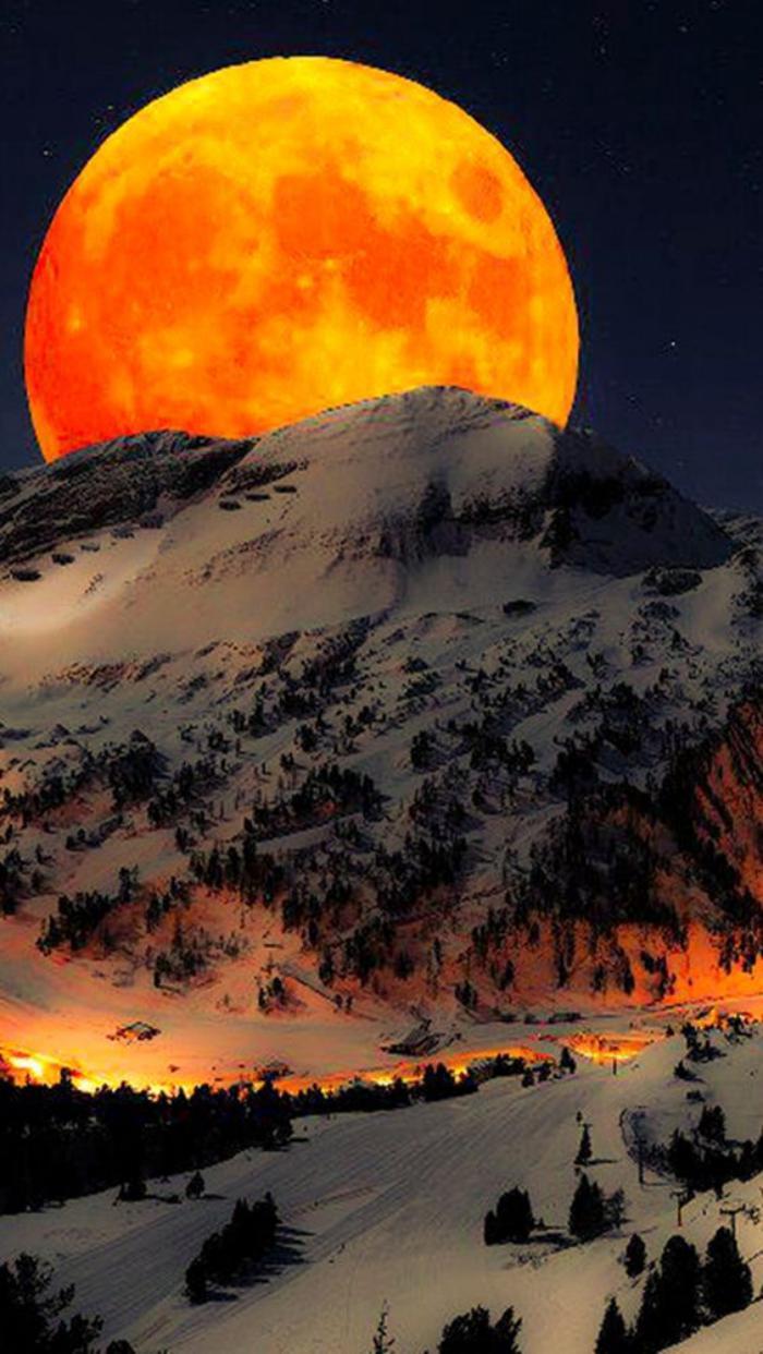 la-pleine-lune-lever-de-la-lune-au-dessus-de-la-montagne