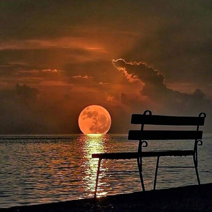 la-pleine-lune-observer-le-lever-de-la-lune-au-dessus-de-la-mer