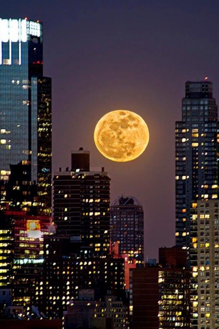 la-pleine-lune-qui-se-lève-au-dessus-des-gratte-ciels
