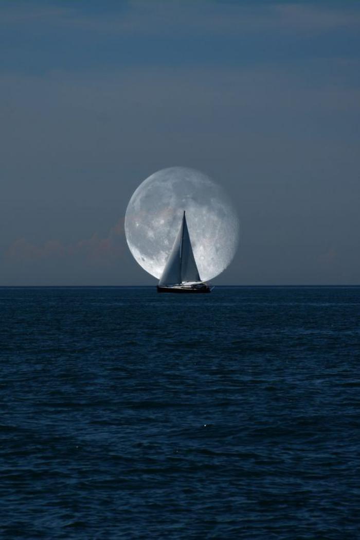 la-pleine-lune-voiliers-au-fond-de-la-lune
