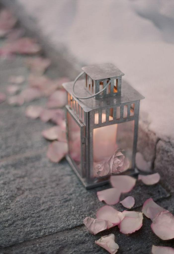 lanterne-bougie-métallique-pétales-roses