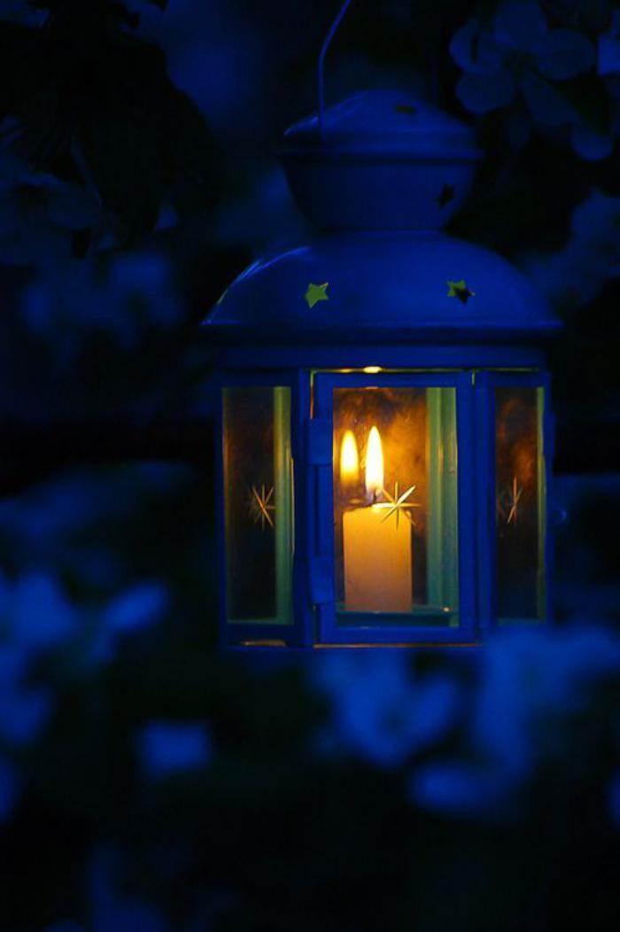 lanterne-bougie-bleue-jolie-lanterne-avec-bougie