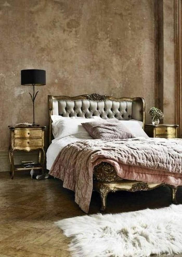 lit-deux-places-lit-capitonnée-tapis-en-fourrure-blanc-sol-en-bois-mur-beige-lit-baroque