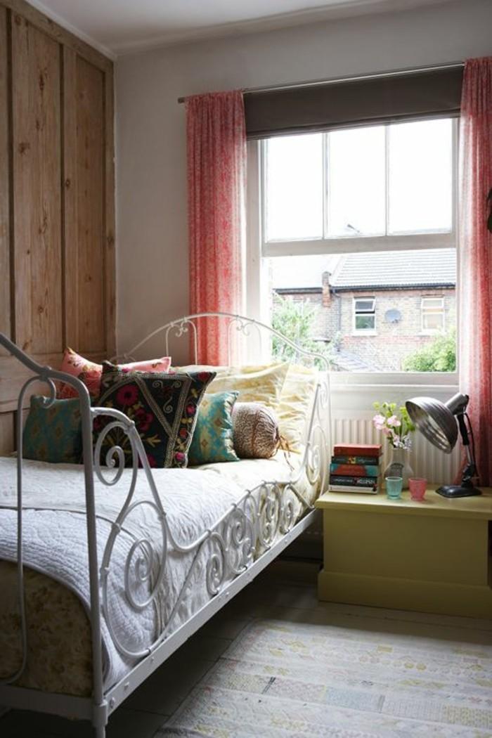 lit-en-fer-forgé-sol-en-bois-jolie-chambre-de-style-champetre-interieur-contemporian