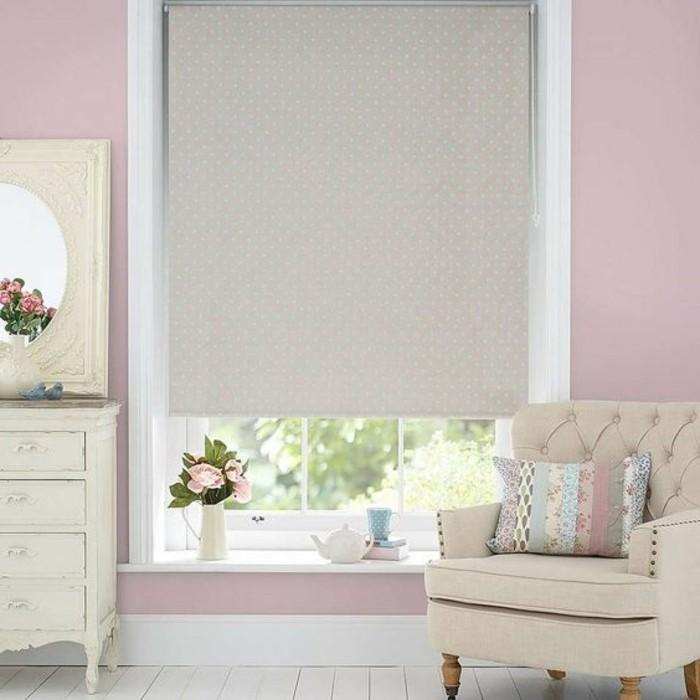 meubles-beiges-mur-rose-pale-store-enrouleur-occultant-planchers-en-bois-beiges