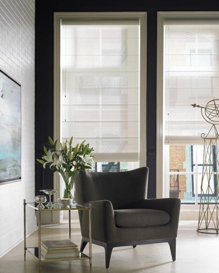 meubles-beiges-sol-en-bois-beige-chaise-grise-store-enrouleur-occultant-habillage-fenetre