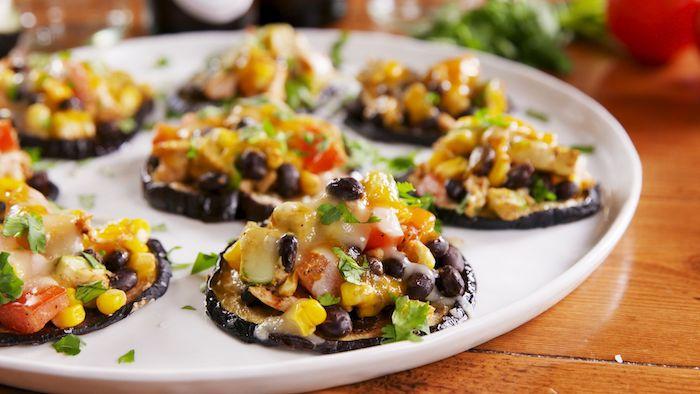 mini pizza d aubergine style mexicain avectomates, mais, poulet, haricots noirs, idée apero dinatoire pour 20 personnes