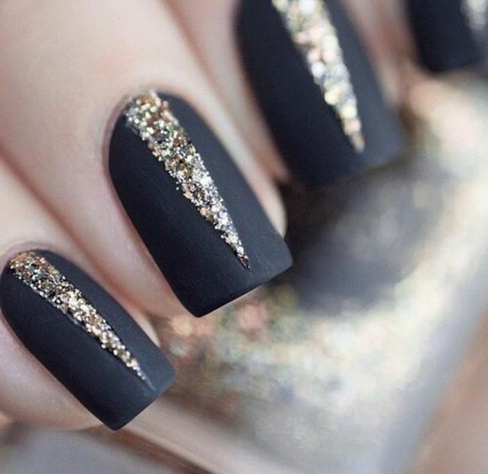 ongle-en-gel-deco-noir-et-doré-modele-ongle-gel-en-noir-et-or