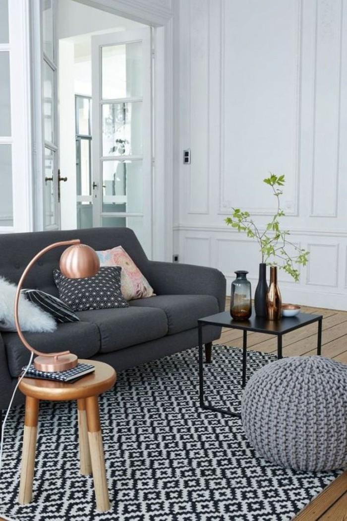 petite-table-d-appoint-en-bois-clair-sol-en-planchers-clairs-canapé-gris