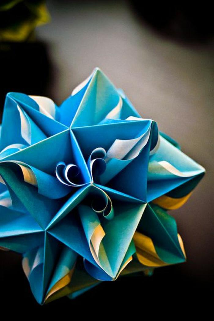 pliage-papier-etoile-origamie-en-papier-bleu-comment-faire-un-origamie-pour-debutant