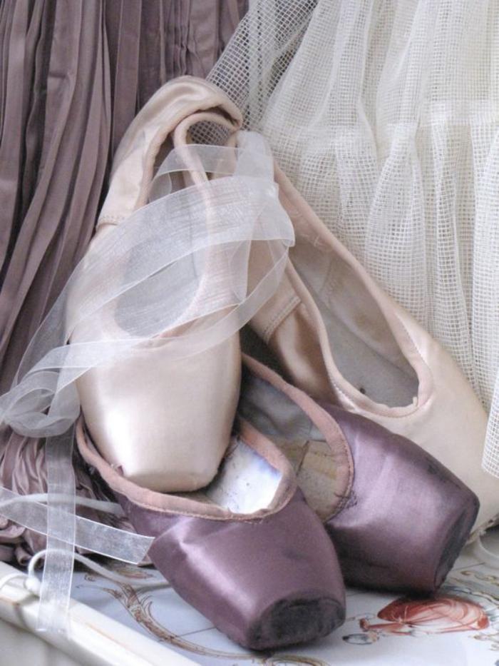 pointes-de-danse-classique-en-lilas-et-rose-pâle