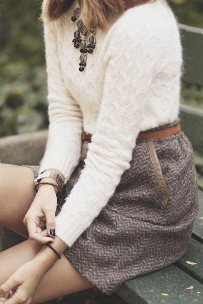 porter-avec-style-les-bijoux-originaux-collier-gros-fantaisie-pull-beige-et-jupe-courte