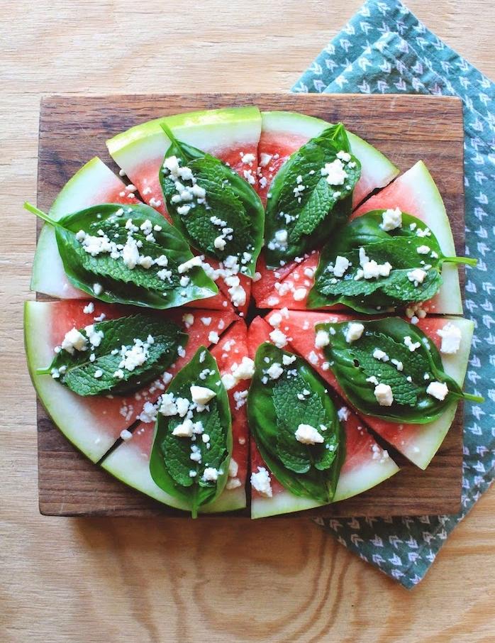 idée de recette pizza alternative au fromage feta, feuilles de basicil et menthe, amuse bouche apéritif facile