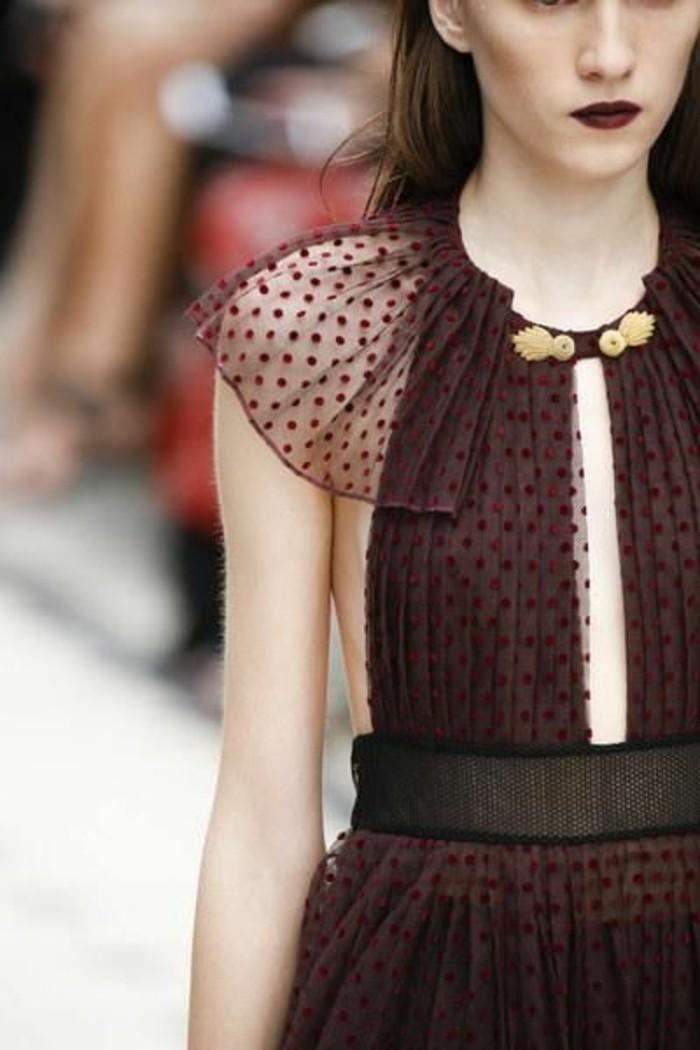robe-chic-en-rouge-foncé-burberry-tendances-de-la-mode-femme-robe-longue