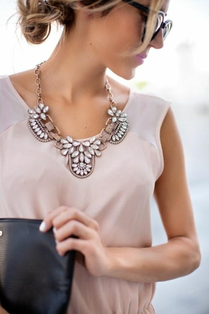 robe-en-rose-pâle-femme-bijoux-gemo-femme-collier-gros-femme-les-tendances