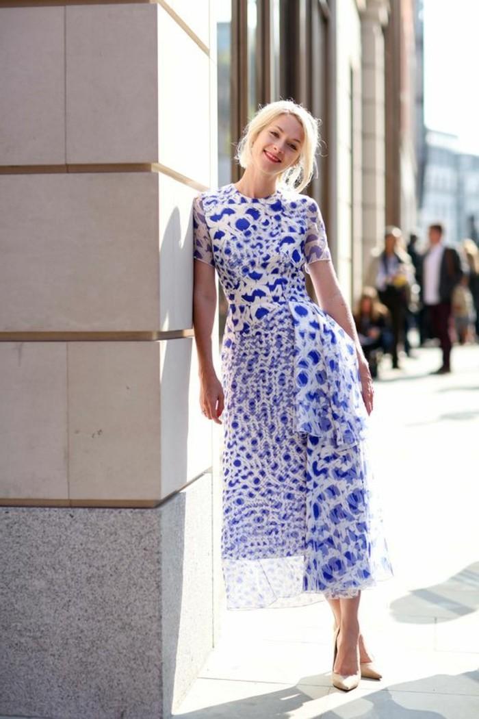 robe-mi-longue-blanc-bleu-talons-hauts-en-cuir-chaussures-élégantes-femme