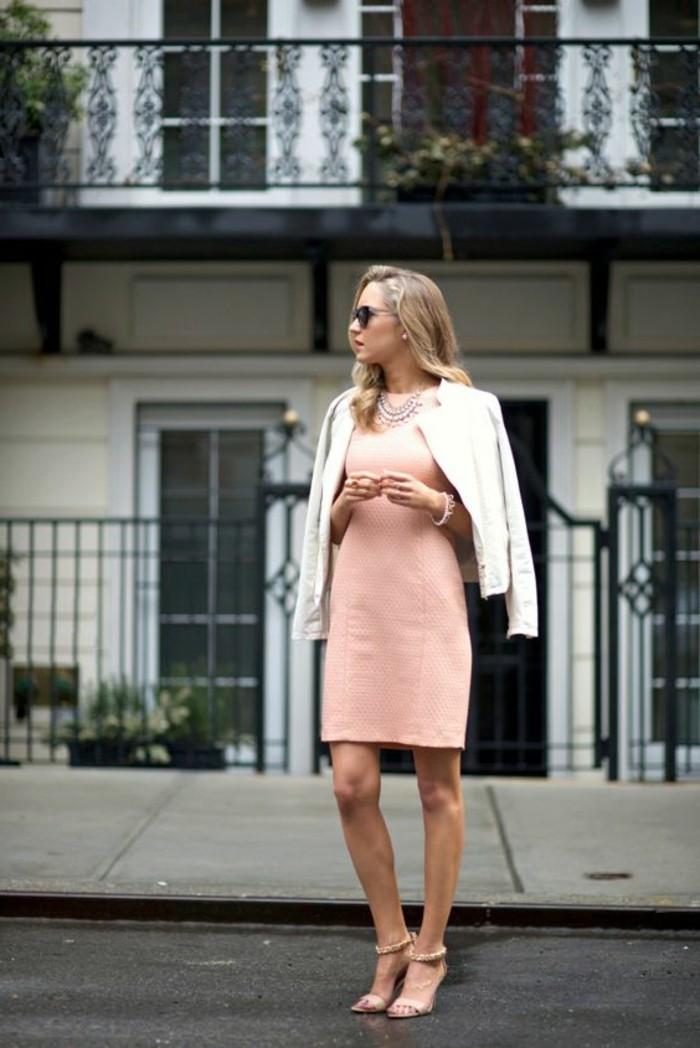 robe-rose-pale-robe-invitée-pas-cher-veste-beige-talons-hauts-sandales-beiges