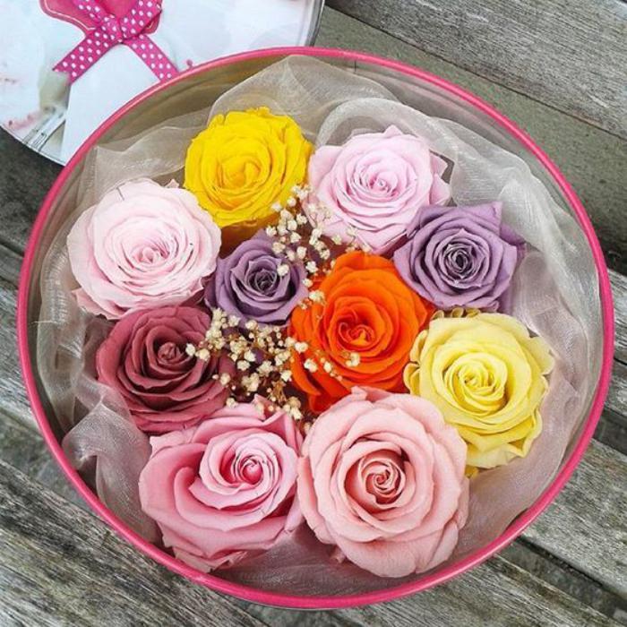 rose-stabilisée-boîte-ronde-pleine-de-roses-stabilisées