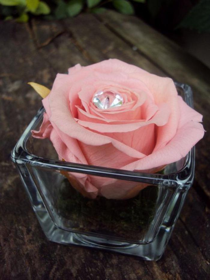 rose-stabilisée-couleur-rose-et-petit-ornement
