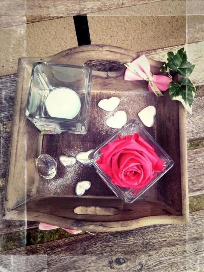 rose-stabilisée-décoration-florale-sur-la-table