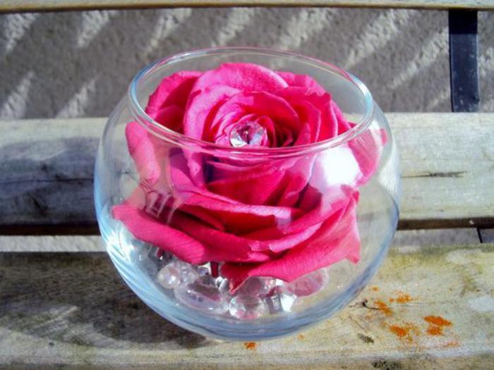 rose-stabilisée-dans-un-vase-boule